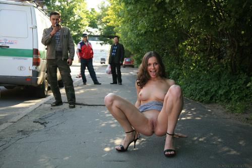 голая фото на улице
